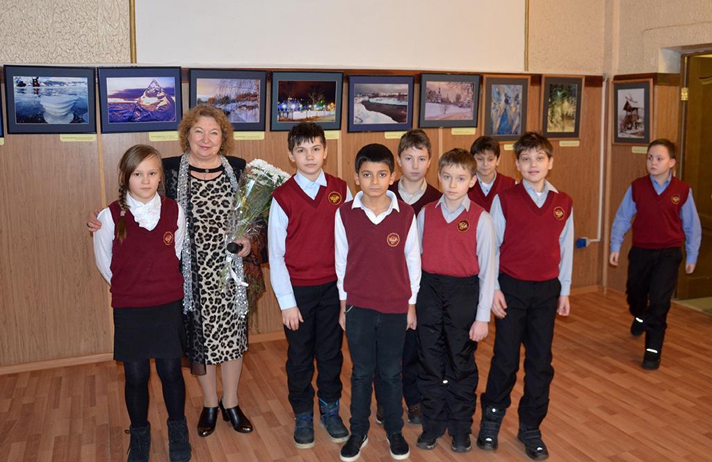 Для учеников городских школ № 5 и № 7 в ЦКиИ им. Л.Н. Кекушева провели экскурсию по фотовыставке и организовали небольшой концерт