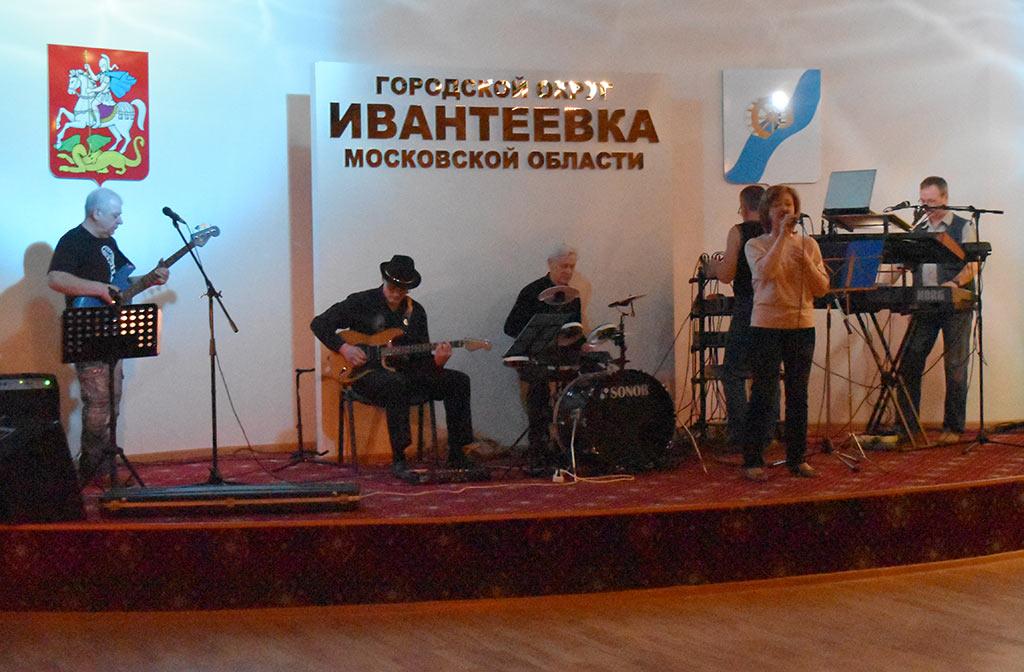 В ЦКиИ им. Л.Н. Кекушева ВИА «Слухи» провёл танцевальную программу для жителей Ивантеевки