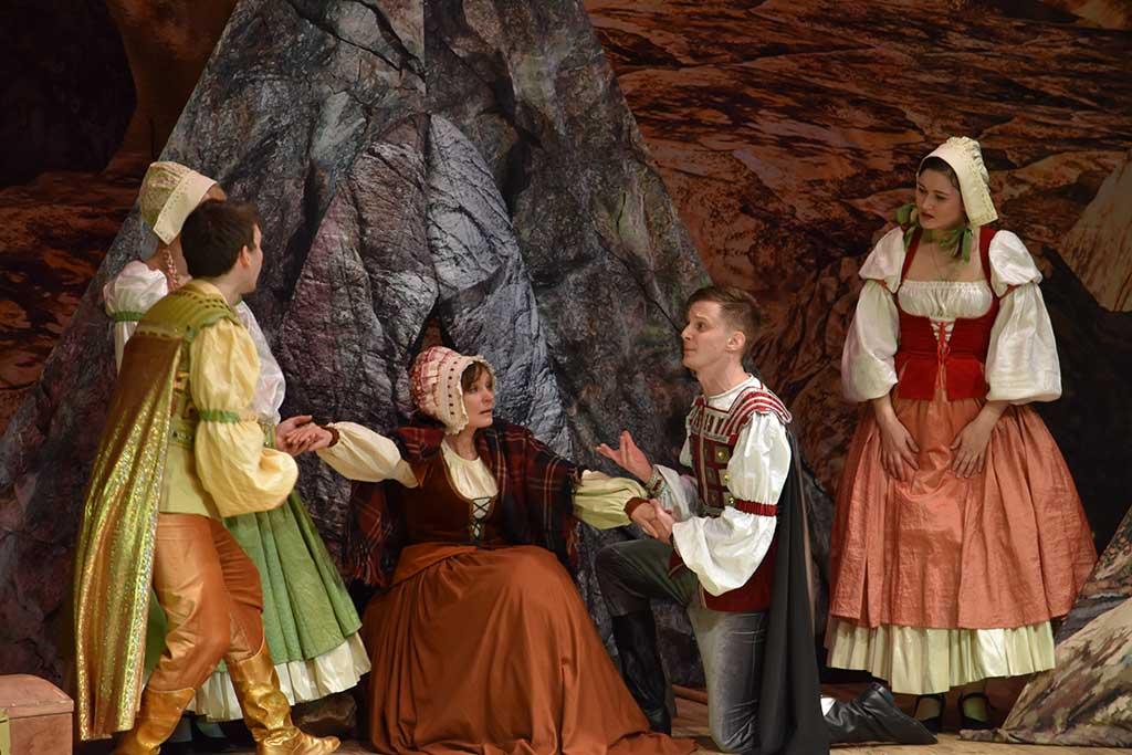 В ДК «Юбилейный» прошёл спектакль для детей «Беляночка и Розочка